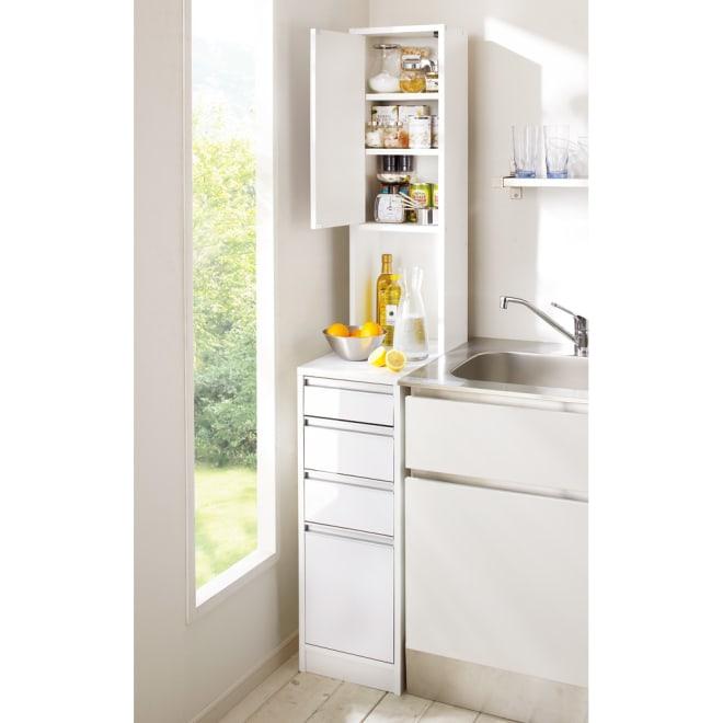 水ハネに強いポリエステル仕様 キッチンすき間収納庫 奥行55cm・幅30cm ハイタイプ おしゃれなシステムキッチンになじむディノスの人気商品です。最下段にはペットボトルが収納できます。(※画像は扉を左開きに設定しています)