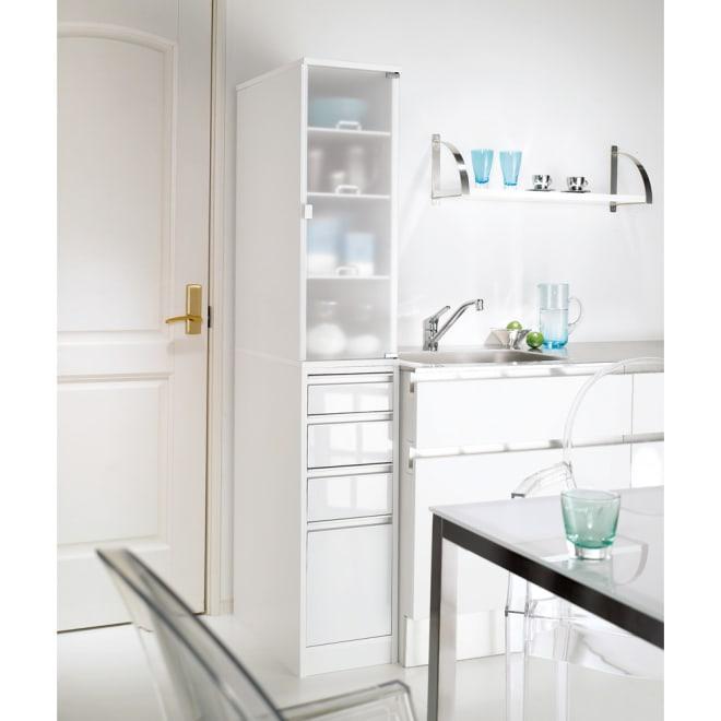 上品な清潔感のあるアクリル扉のキッチンすき間収納 幅30cm・奥行44.5cm (右開き) ※写真は幅30cm奥行55cmタイプです。おしゃれなシステムキッチンになじむ人気のデザイン