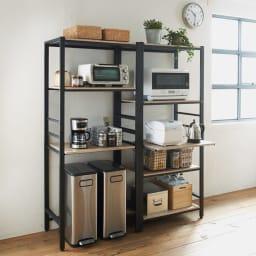 ブルックリン風キッチンラック 5段 幅80cm コーディネート例(ア)ブラック キッチンの家電などをおしゃれに魅せて収納できるオープンラック。※お届けは写真右の5段 幅80cmタイプになります。