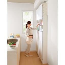 薄型で省スペースキッチン突っ張り収納庫 扉タイプ 幅45cm・奥行19cm せまいキッチンのスペースだから活かせる薄型キッチンラック。 キッチン用品、調味料などの細々したものはもちろん、 食材のストックや小さいな食器などの収納も。