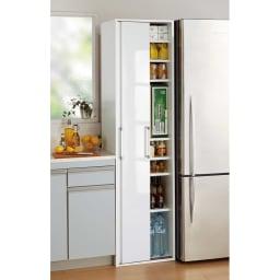 頑丈引き戸キッチンストッカー 幅46cm コーディネート例(ア)ホワイト デッドスペースを活用できるスリムサイズ。幅46cmタイプのみ取っ手の形状が異なります。