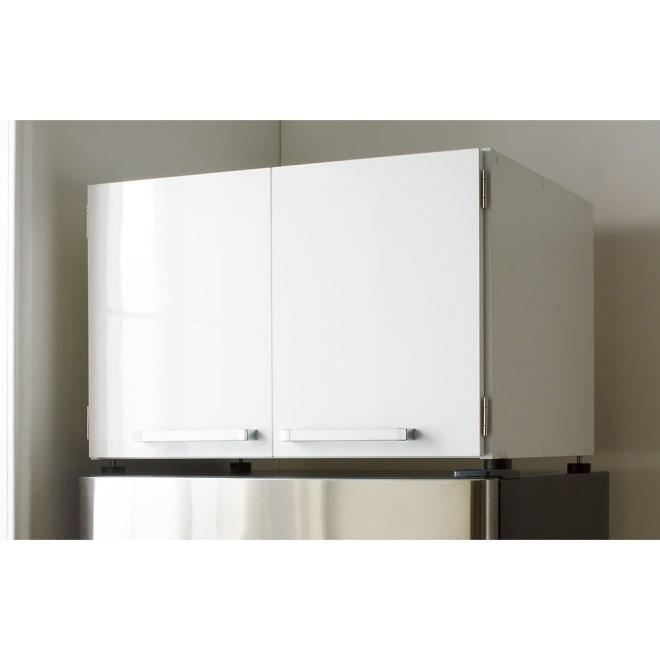 光沢仕上げ・冷蔵庫上ストッカー 幅63cm(脚部65cm) (イ)ホワイト 冷蔵庫の上のスペースを有効に使うキッチン収納家具。キッチンのごちゃつきもサッと隠せます。