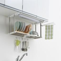 《1段タイプ》はさむだけで取り付けラクラク 幅伸縮キッチン戸棚下収納 吊り戸棚の底板に挟むだけのステンレスラック。すっきりとした収納棚が簡単に設置できます。棚はステンレスなので食器の水切りとしても利用できます。