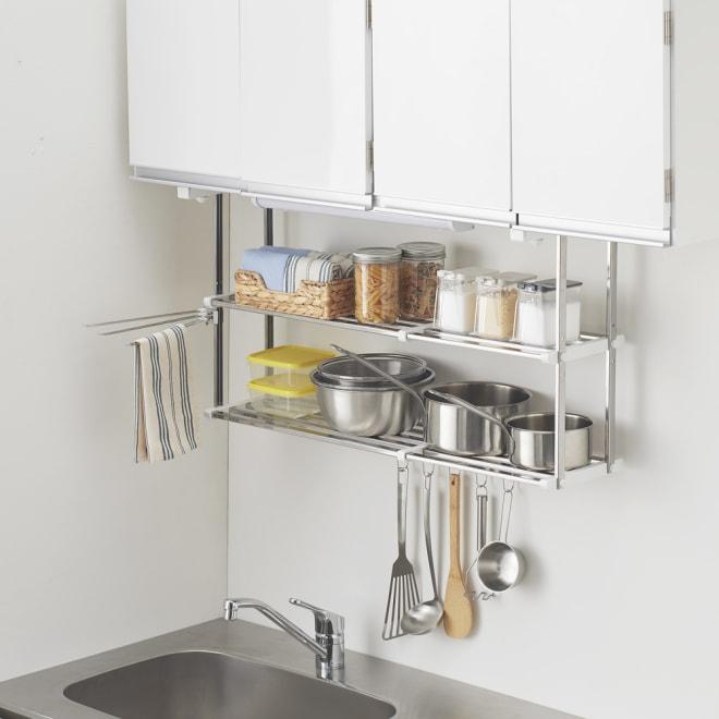 はさむだけで取り付けラクラク 幅伸縮キッチン戸棚下収納 2段 高さ45cm 吊り戸棚の底板に挟むだけのステンレスラック。上下2段の棚にたっぷり収納できます。
