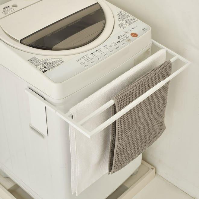 伸縮式バスタオルハンガー (ア)ホワイト マグネットで洗濯機に簡単取り付け。バスタオル、バスマットをスリムに干せます。
