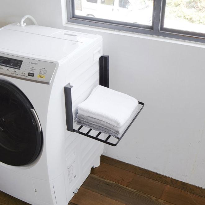 洗濯機マグネット折り畳み棚 (イ)ブラック マグネットで洗濯機に簡単取付。バスタオルや着替えが置けて、使わない時は折り畳める省スペースラック。