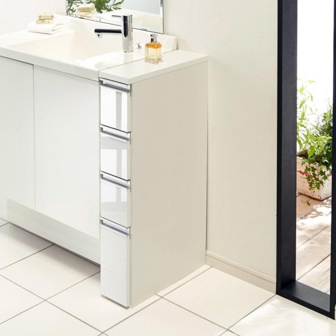 組立不要 収納物に優しい サニタリーすき間チェスト 幅15cm 洗面所などの水まわりの隙間を活用できる収納チェスト。前面の光沢感が清潔な洗面空間を演出します。