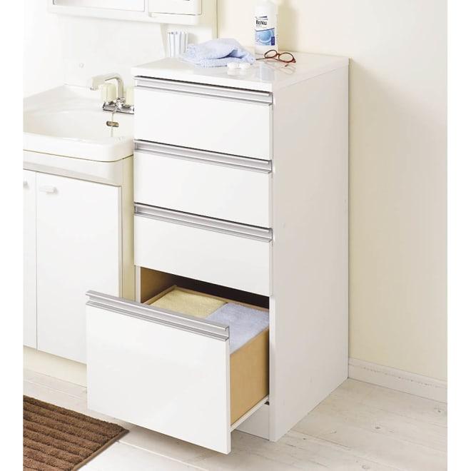 水回りでも安心の光沢洗面所チェスト ロータイプ・幅44.5cm 前板と天板にポリエステル化粧合板を使用した水ハネに強いサニタリーチェストです。ホワイトのサニタリーチェストは清潔感があり洗面所にぴったりです。