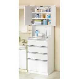 水回りでも安心の光沢洗面所チェスト 扉付きハイタイプ・幅59.5cm 前面の光沢感が美しいサニタリーチェストです。洗面台脇に設置しても問題のない水ハネに強い光沢素材を使用しています。