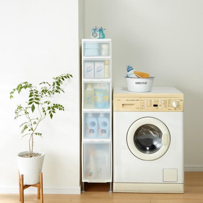 段差がまたげる隙間収納 アジャスター付きストッカー ワイド浅1中3深1 幅25.5高さ132cm 幅25.5cmは洗濯機周りのボトル洗剤や詰め替え用のパックもたくさん収納できます。
