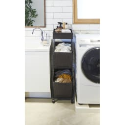 ラタン調サニタリーバスケットワゴン 幅28cm (イ)ダークブラウン おしゃれで通気性のよいラタン調。上下のバスケットに洗濯物が分類できます。
