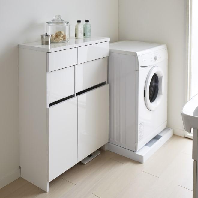 組立不要 洗濯カゴ付き2in1光沢サニタリー収納庫 ロータイプ 幅73cm 薄型で圧迫感のない洗面所収納です。洗濯かごと引き出しのダブルの収納力。使いやすさにこだわりました。 ※足元には高さ8cmの隙間がありヘルスメーターが入ります。