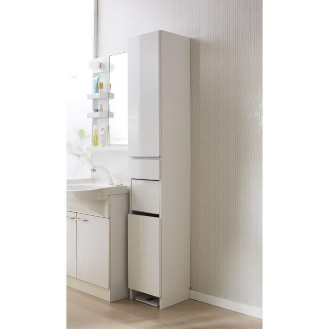 組立不要 洗濯カゴ付き2in1光沢サニタリー収納庫 ハイタイプ 幅31cm 洗濯かごとサニタリーチェストが1台になった清潔感あふれるアイデア洗面所収納です。 ※足元には高さ8cmのすき間があり、ヘルスメーターが入ります。