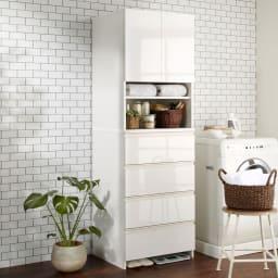 スペースに合わせて奥行が選べるサニタリーチェスト 奥行51cm・幅60cm 洗濯機脇にもぴったり馴染む。扉・引出しを閉じれば清潔感あふれる光沢感が際立ちます。
