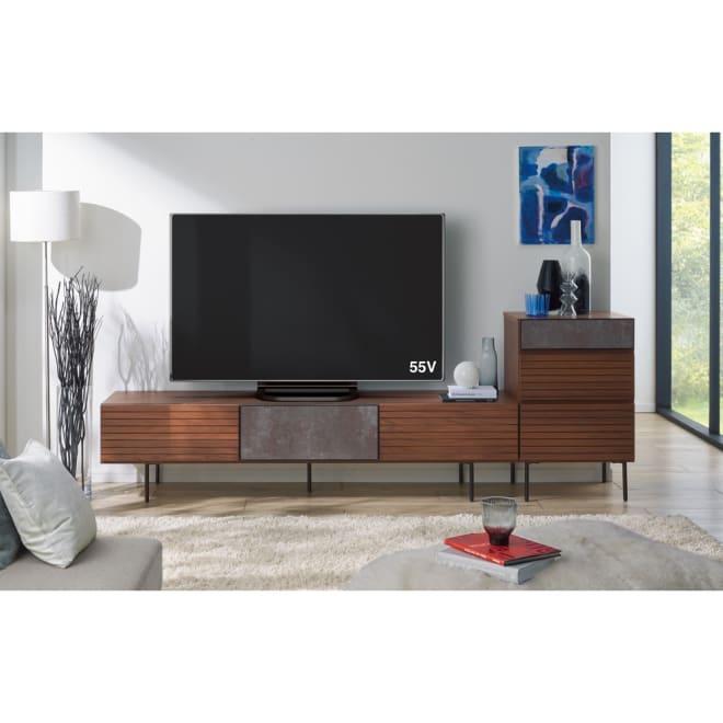 セラミック調ガラスのスタイリッシュテレビ台 幅180cm コーディネート例(ア)ウォルナット ※テレビ台幅180cm(お届けの商品)と、チェスト幅50cmです。