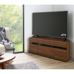 大型テレビが見やすいスイングコーナーテレビ台 幅110cm (イ)ウォルナット 前板はブラックガラスなので、扉を閉じたままでもリモコンが使えます。
