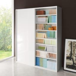 光沢仕様 引き戸 壁面収納本棚 幅150奥行40高さ180cm 使用イメージ