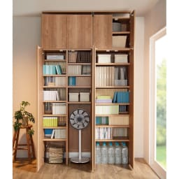 日用品もしまえる頑丈段違い書棚 ヴィンテージ木目調タイプ 書棚 幅80cm コーディネート例 ※お届けは写真左下の書棚本体幅80cmです。上置きは付属しません。 ※写真の天井高さ240cm