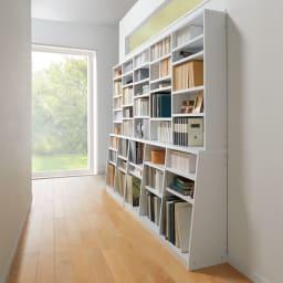 脚元安定1cmピッチ棚板頑丈薄型書棚 高さ168.5cm コーディネート例(イ)ホワイト 廊下&採光窓の下に。※写真奥から幅90cmタイプ、幅150cmタイプです。