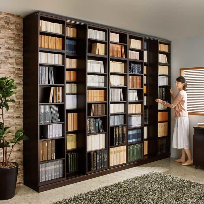本格仕様 快適スライド書棚 オープン・上置き付き 4列 コーディネート例(ア)ダークブラウン ※お届けは手前のスライド書棚4列タイプです。 ※写真のモデル身長:164cm