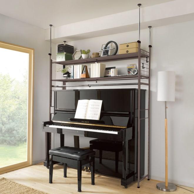 頑丈フレキシブル伸縮ラック 突っ張り式・幅103~160cm (ア)ダークブラウン ピアノを動かさずに設置できる突っ張りラックです。棚板が頑丈なので重たい楽譜を乗せても問題ありません。※ハンガーバーは取り外し可能です。