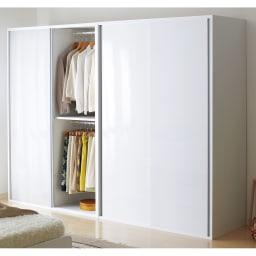光沢仕上げ 引き戸ロッカー 幅120cm 引き戸ならではの省スペース設計。寝室のワードローブにも最適です。※写真は幅120cmタイプ×2です。