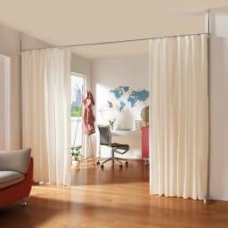 突っ張り&伸縮式目隠しカーテン リングタイプ ホームオフィス用の仕切りが手軽に実現できます。カーテンは中央と両側のどちらからでも開け閉めできます。(ア)オフホワイト ※お届けする商品になります。
