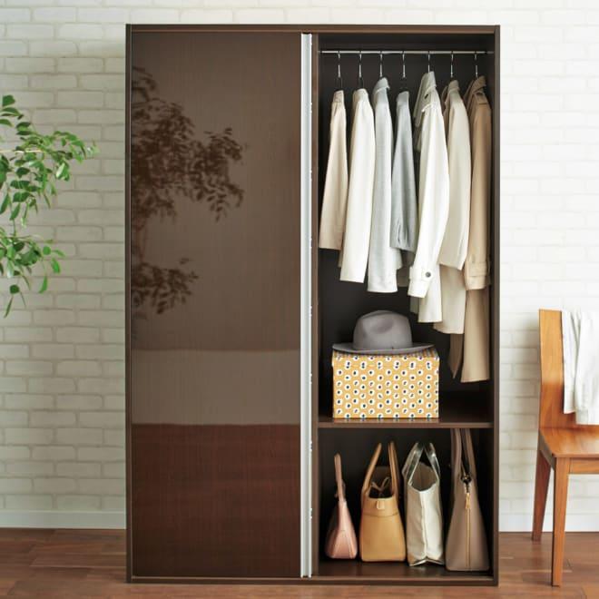 衣類をまとめて収納できる光沢仕上げタワーチェストクローゼットハンガー 幅120cm (イ)ダークブラウン 片引き戸仕様で開くとチェストが隠れます。(※写真は幅120cmタイプです。)
