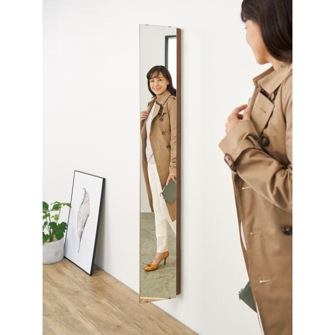 壁掛けなのに角度が変えられる 玄関ミラー (姿見) 幅20cm・高さ150cm (イ)ブラウン 土間で靴を履いた状態でコーディネートチェックできます。