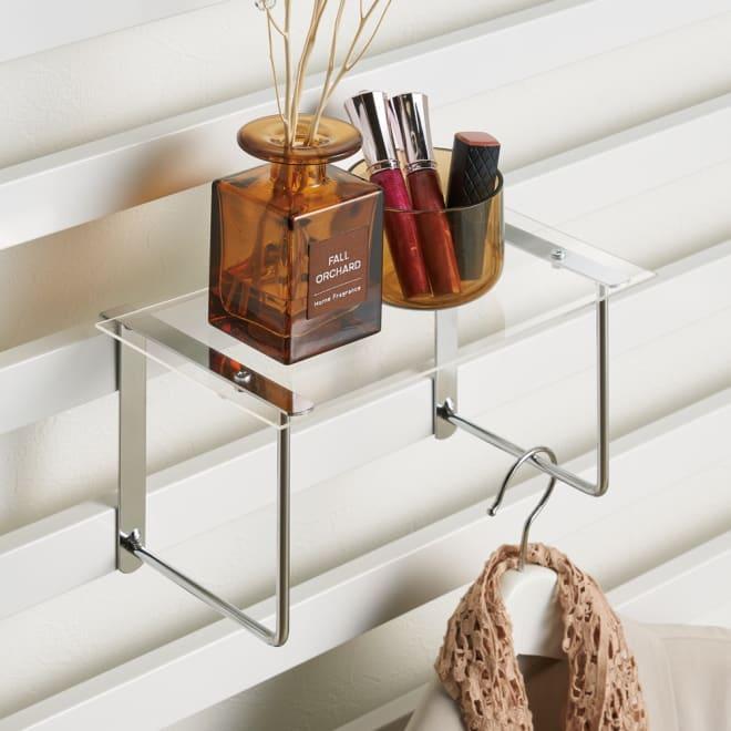 壁面ディスプレイハンガー用 アクリル棚2枚組 アクリル棚の下にはスチールバー付き。ハンガーやサングラス、スカーフなどをかけられます。