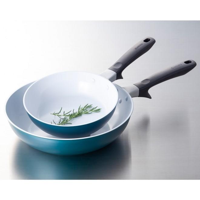 京セラ セラブリッド フライパンNEW 上から(ア)20cm、(ウ)炒め鍋28cm 食材の炒め具合やソースの色が確認しやすい。 炎から指を守る突起付き。