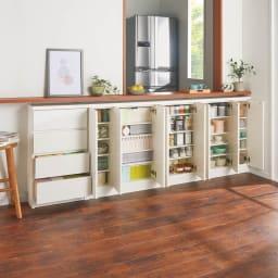 シンプルカウンター下収納庫(奥行22高さ87cm) 5枚扉タイプ 幅121.5cm コーディネート例(ア)ホワイト 取手のないフラットなデザインはまるで備え付け家具のようなおしゃれさ。
