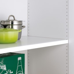 食器からストックまで入るキッチンパントリー収納庫 幅75奥行55cm 下部の棚は3cm間隔で高さが変えられます。耐荷重約15kgです。