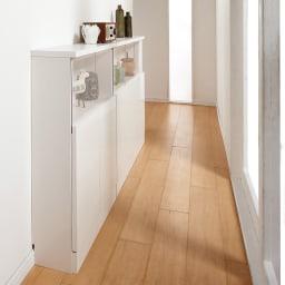 【完成品】LED付きギャラリー収納本棚 幅120奥行20cm 4枚扉タイプ コーディネート例(ア)ホワイト 薄型タイプは廊下やせまい通路にぴったりのサイズ感です。導線を気にせず設置ができます。