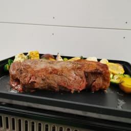イワタニ カセットガスホットプレート焼き上手さん α(アルファ) こんなに分厚いお肉も、蓄熱性の高い鉄板&蓋のお陰でジューシーに焼きあげます!歓声が上がる大迫力!
