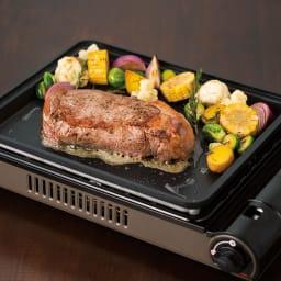 イワタニ カセットガスホットプレート焼き上手さん α(アルファ) 分厚いステーキも中までじっくり火を通します。