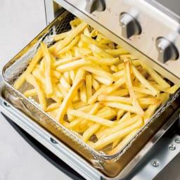 クイジナート エアフライオーブン トースター 単品 【エアフライモードで油なし調理を!】深さ4cmのバスケット付き。細かい食材をザクザク入れられて重宝。冷凍ポテトなら1度で1袋分(360g)調理OKです。