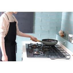 ホーロー加工のコンロ奥ラック コンロ幅60用 高さが五徳に合わせているので鍋などの移動も簡単です