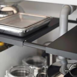Tower/伸縮するシンク&洗面台下ラック2段 棚板をずらしたり、外せば排水ホースを避けて設置できます。