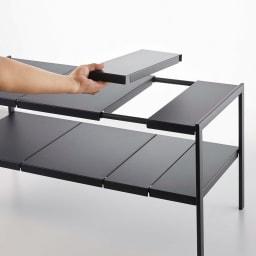 Tower/伸縮するシンク&洗面台下ラック2段 幅は大小4枚ずつの棚板を組み合わせて調整できます。幅は50~85cm、棚板は高さ5.5cm間隔で調整可能。