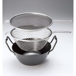 鉄の揚げ鍋3点セット 上から油はね防止ネット、揚げカゴ、揚げ鍋。3点セットの揚げ鍋があれば「完璧でしょ?」※写真は直径22cmになります。「直径22cm」と「直径28cm」では持ち手の形状が多少異なります。