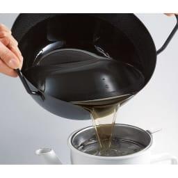 鉄の揚げ鍋3点セット 注ぎ口がないので、使い終わった油をオイルポットに注ぎやすいです。(こちらで使用しているモデルは旧タイプのため表面に凹凸加工がありますが、販売中の商品には凹凸はありません)