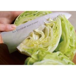 """有元葉子のラバーゼ包丁 三徳包丁 三徳包丁 まずは一本の基本の包丁。""""3層割込み""""で切れ味が良く、幅と厚みがしっかりあるので、大根やキャベツなどを力強く切ることができます。"""