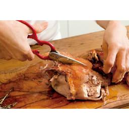 ツインクラシック 料理バサミ ツインクラシック料理バサミを使った丸鶏のさばき方 3.身を縦半分に切ります。下から上へハサミで切っていきます。半身ずつになったら、それぞれ、横に5~6等分にハサミで切り分けます。