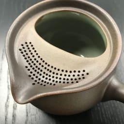 万古焼至高急須 容量450ml 口部分にはたくさんの茶こし穴が。茶葉が詰まりにくく、金属やプラスチック製の茶こしを使用しないため、お茶の風味を損ないません。