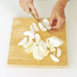 有元葉子のラバーゼ まな板 日本のまな板は横長が多いけど26センチの正方形で大抵の家庭料理は事足ります。奥行きがある分きざんた玉ねぎなどが向こう側にこぼれおちない。