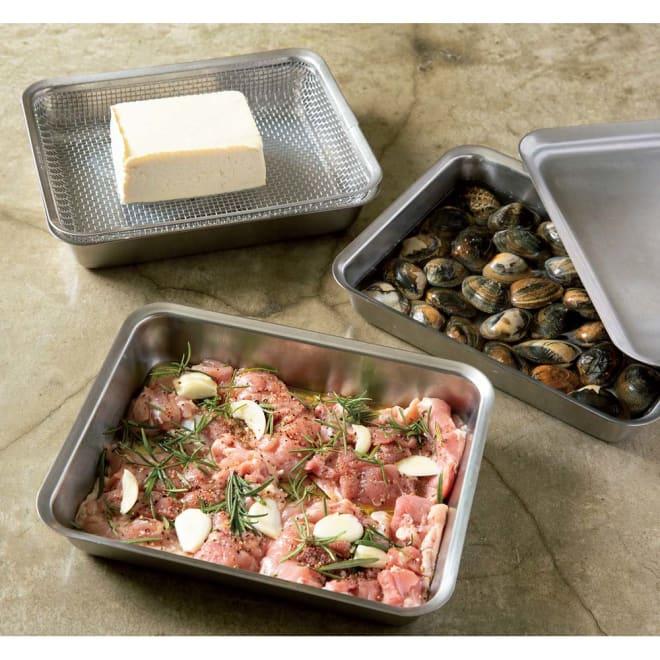 有元葉子のラバーゼ  角バット+角ざるセット ※使用例です。お届けするのはは角バット1枚+角ざる1枚の合計2枚です。お肉のマリネ、豆腐の水切り、アサリの砂出し・・本当にマルチに使えます。(プレート蓋は別売りです)