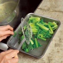 有元葉子のラバーゼ  角バット+角ざるセット 「ゆでた青菜は水にさらさず、バットに重ねた角ザルに上げて冷まします。こうすると水っぽくならず、おひたしも和え物も一味違います」 アクの強いほうれん草以外の青菜はほとんど、この方法が◎。