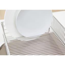 有元葉子のラバーゼ オールステンレス製水切りカゴセット 横置き スリム 丈夫なワイヤーだから皿をすき間にさして立てておけます。カゴ内に余計な仕切りがないので、想像以上の収納力です。