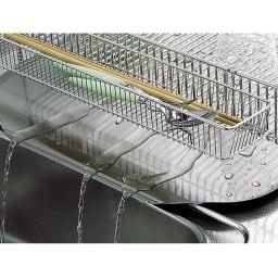 有元葉子のラバーゼ オールステンレス製水切りカゴセット 横置き スリム 流れるトレーで水切れ抜群。 水がそのままシンクに流れる傾斜型トレー。底に水がたまらず清潔に使えます。(写真はたて置きタイプになります)